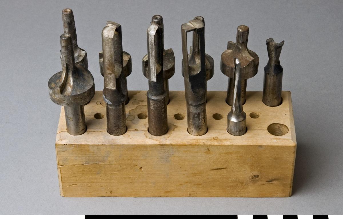 Ställ för frässtål gjort av trä med 12 stora och 5 små hål. I stället förvaras frässtål, 11 st  SK:REK 8977-8979.  Funktion: Förvaring av frässtål