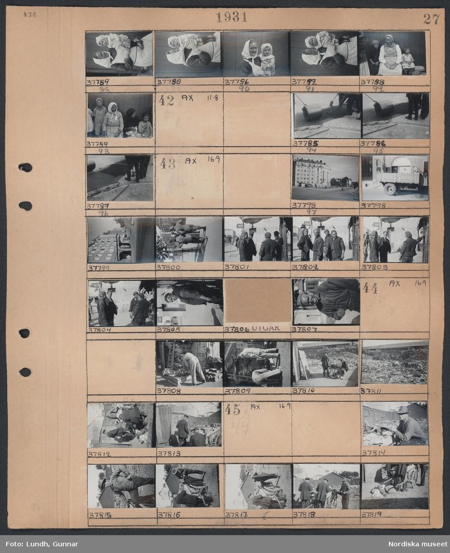 Motiv: Svenskbybor i förläggningen vid Östgötagatan; porträtt av kvinna med barn.  Motiv: (ingen anteckning) ; Stadsvy, porträtt av män i arbetskläder.  Motiv: (ingen anteckning) ; män arbetar vid sophög.  Motiv: (ingen anteckning) ; Män arbetar vid sophög.