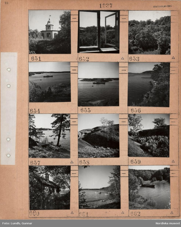 Motiv: Stockholms omgivningar, lusthus, öppet fönster, trädgård med träd och buskar, fartyg på en sjö, strandkant, klipphällar, tall, ormbunkar, mindre stuga, fritidsbåtar, skeppsvrak.