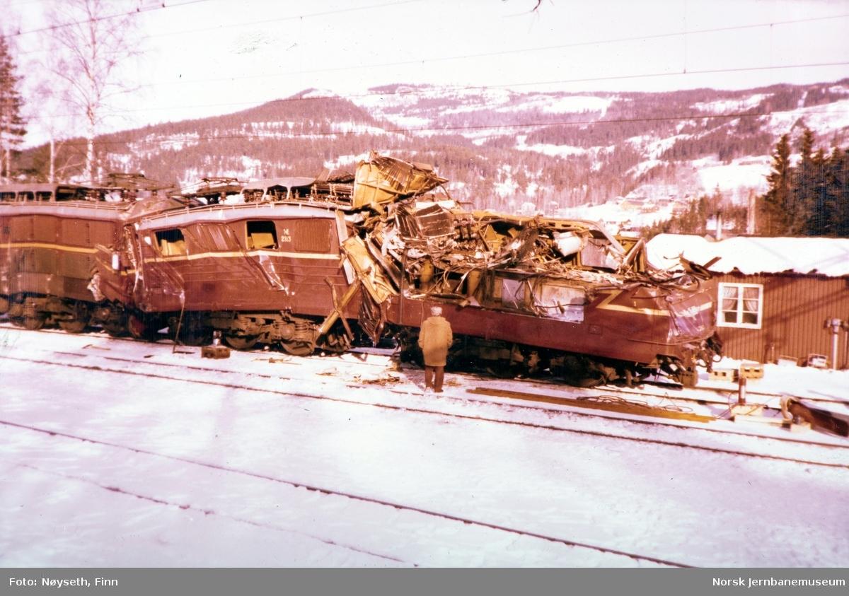 Lokomotivene fra Tretten-ulykken, fotografert på Tretten stasjon, lok 2183