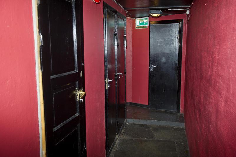 Gangen inn til toalettene i kjelleren. Foto: Helge Skodvin. (Foto/Photo)