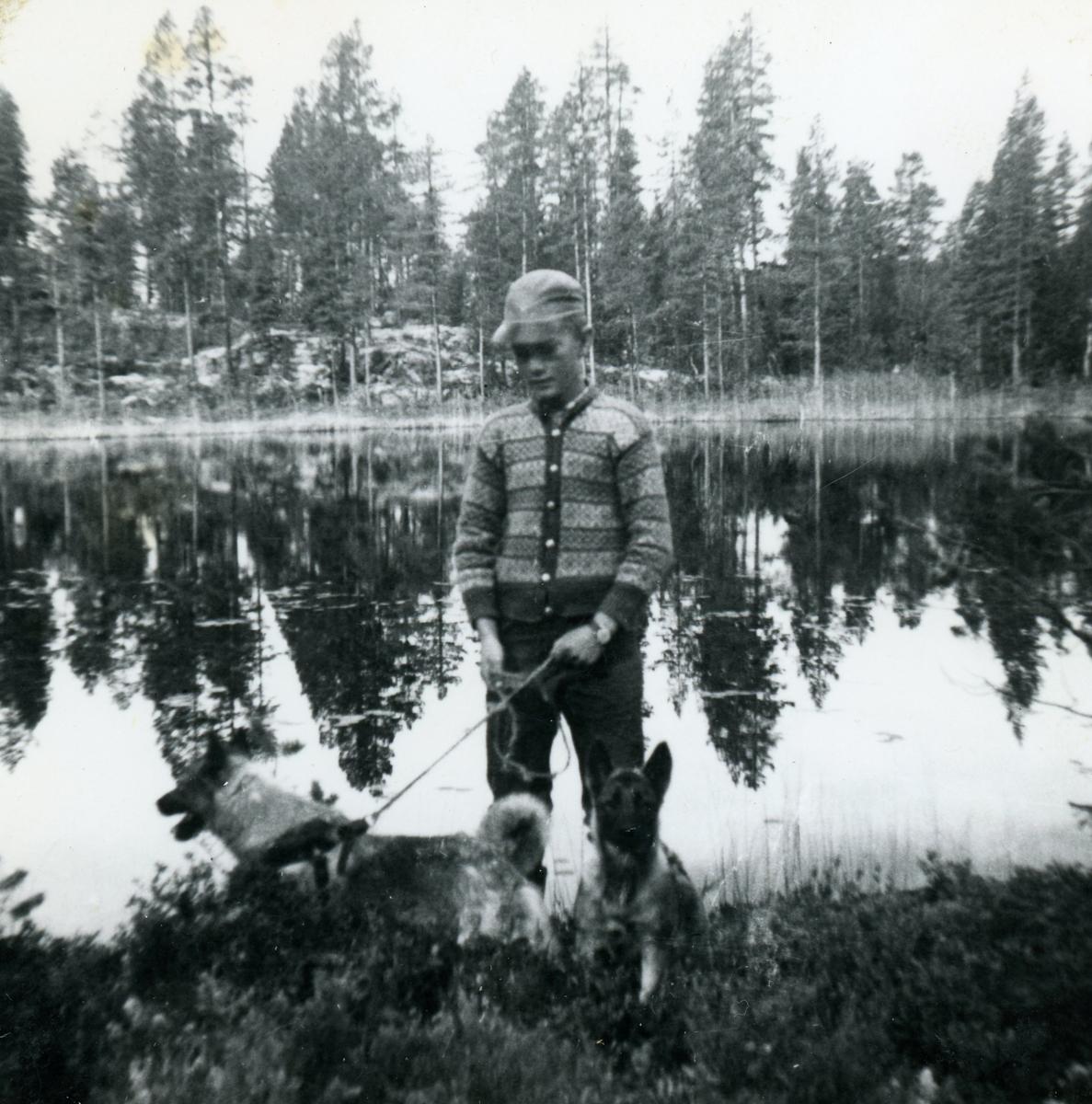 Øyvind Brenno med hund ved Avgangstjern.