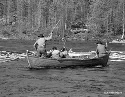Båtlag i nærheten Myrstadvelta i Femundselva våren 1986. Bil
