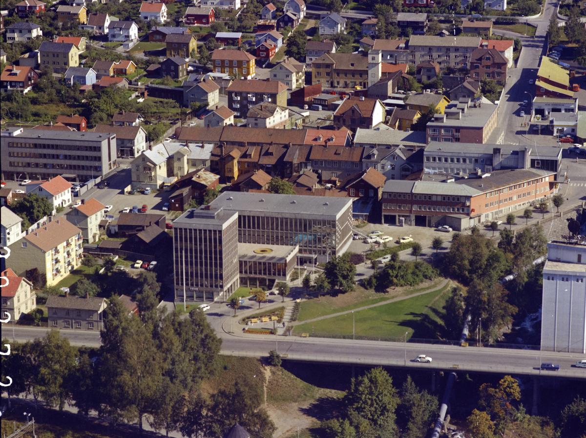 Lillehammer sentrum, bebyggelse i område Kirkegatebrua, Lilletorget, Nordsetervegen og Tomtegata. Midt i bildet Folkets Hus som inneholdt svømmehallen. Bak i bildet brannstasjonen