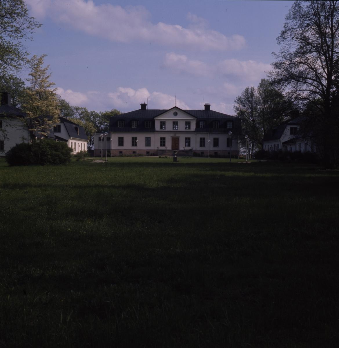 Kungsgårdens herrgård med tillhörande flyglar och trädgård.