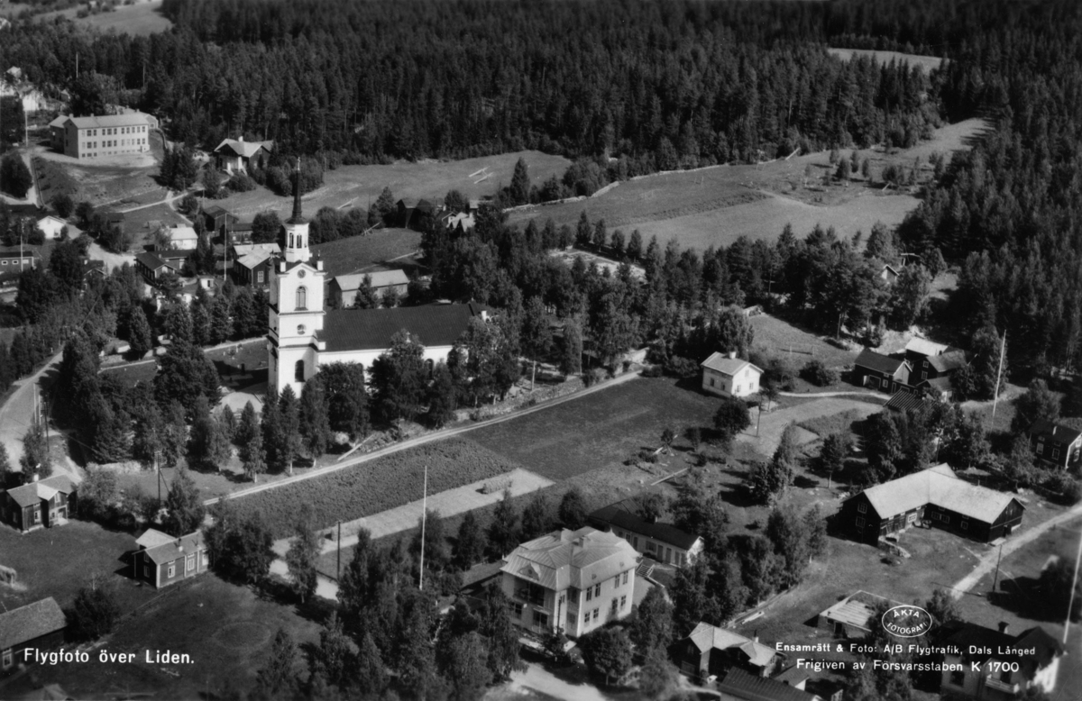 """Flygfoto över Liden med """"nya kyrkan"""" mitt i bild. Vykort."""