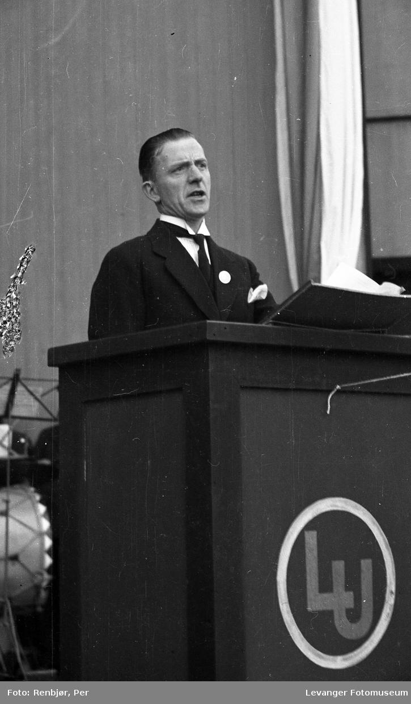 Mann holder tale unde Kronprins Olavbesøk i Levanger under byjubileet i 1936