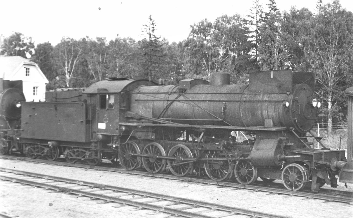 Damplokomotiv type 31a nr. 320 på Grorud verksted. Til venstre skimtes damplokomotiv type 31a nr. 285. Lokene var hensatt i lokomotivstallen på Ål, før de ble fraktet til Oslo. Begge lokomotivene ble  hugget opp sommer / tidlig høst 1970.