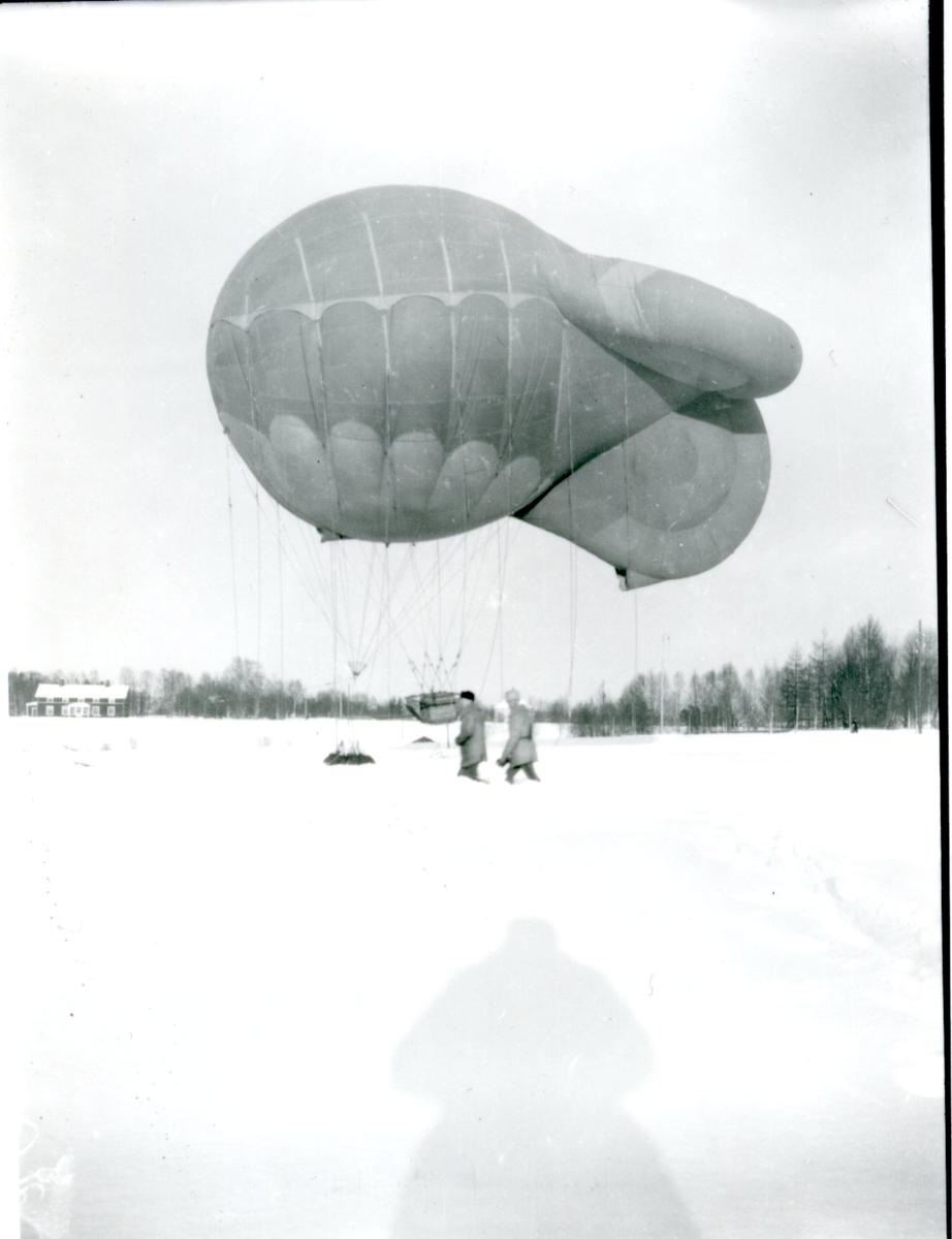 "Fältballong m/1925 ""Alto Basso"" på fältet i Boden."