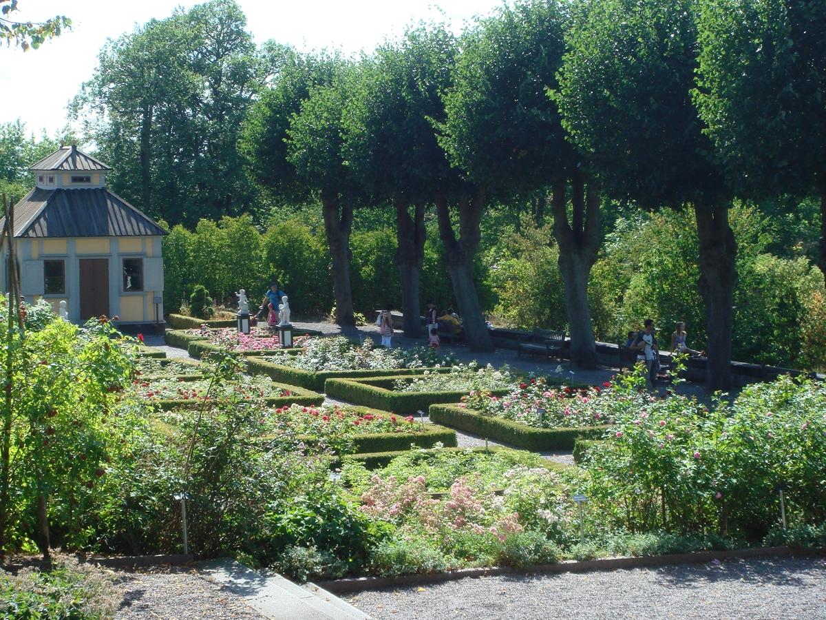 Rosenträdgården sed från Sagaliden. Swedenborgs lusthus och Järnhandlargården syns i bakgrunden.
