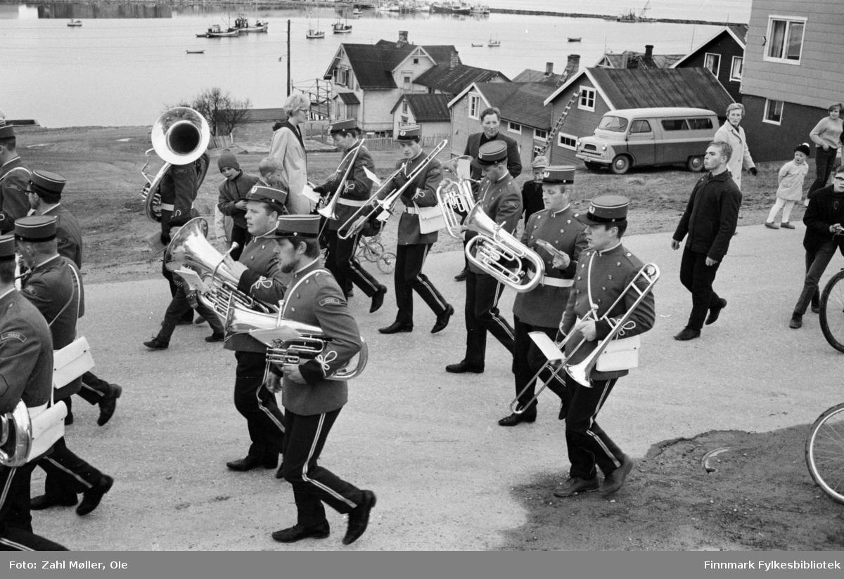 Vadsø 1968, Sangen og Musikkens Dag. Korps går i prosesjon. Barna følger med.