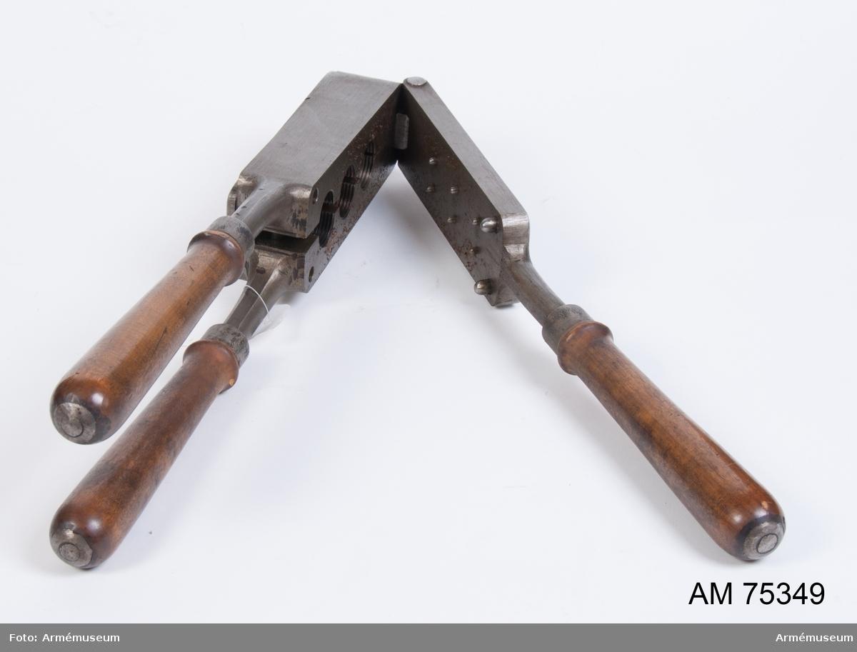 Grupp F V. Gjutform av järn för 3 st blyproppar motsvarande tungt nedslagsrör m/1885.