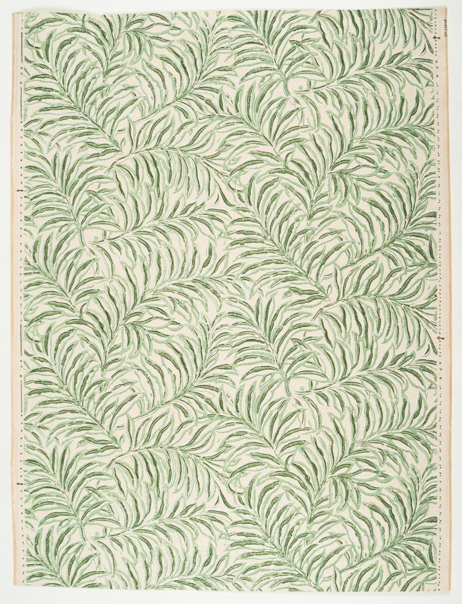 Tätt utdraget bladmönster med långa stjälkar och långsmala blad. Tryck i vitt och något svart samt i två ljusgröna nyanser. Bakgrunden är vitbeige.