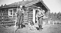 "Fiskere, hund, bu. fv. Ole Nordseth ""Nygarsen"", Thore Helsta"
