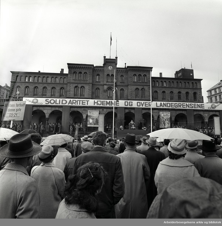 1. mai 1961, Youngstorget. Parole: Solidaritet hjemme og over landegrensene.