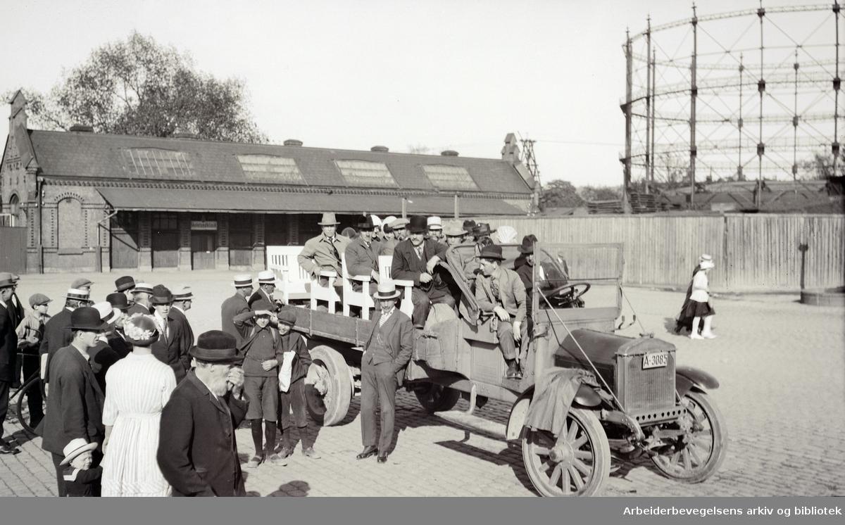Gamle bilder. Foto: Johan B. Sæther. Renovationsarbeiderforeningen klar for utflukt. Gassverket i bakgrunnen..i 1920-årene.