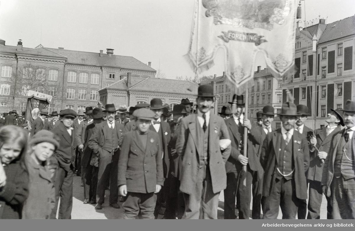 Gamle bilder. Foto: Johan B. Sæther. Utenfor Vahl skole.1920-årene.