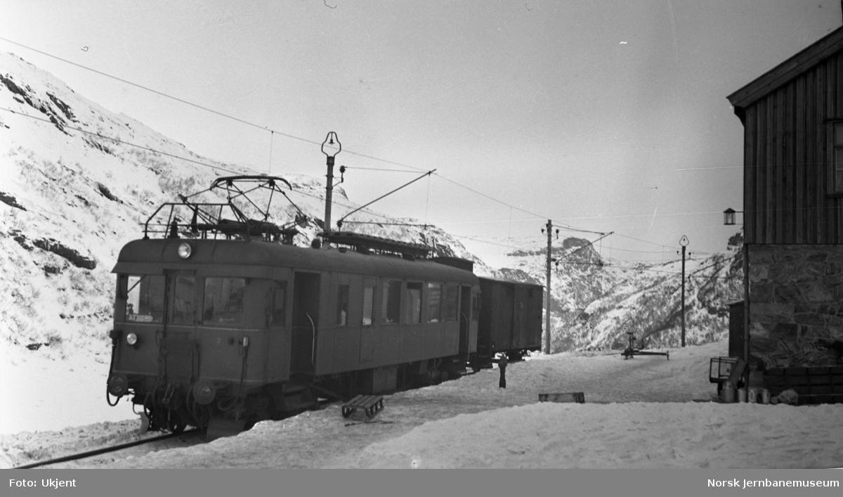 Myrdal stasjon med tog fra Flåm, motorvogn type 104 (64) med vogner