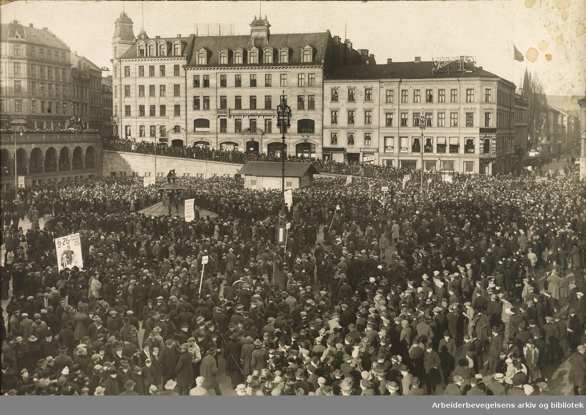 Demonstrasjon på Youngstorget under lockouten 17. mars 1924.