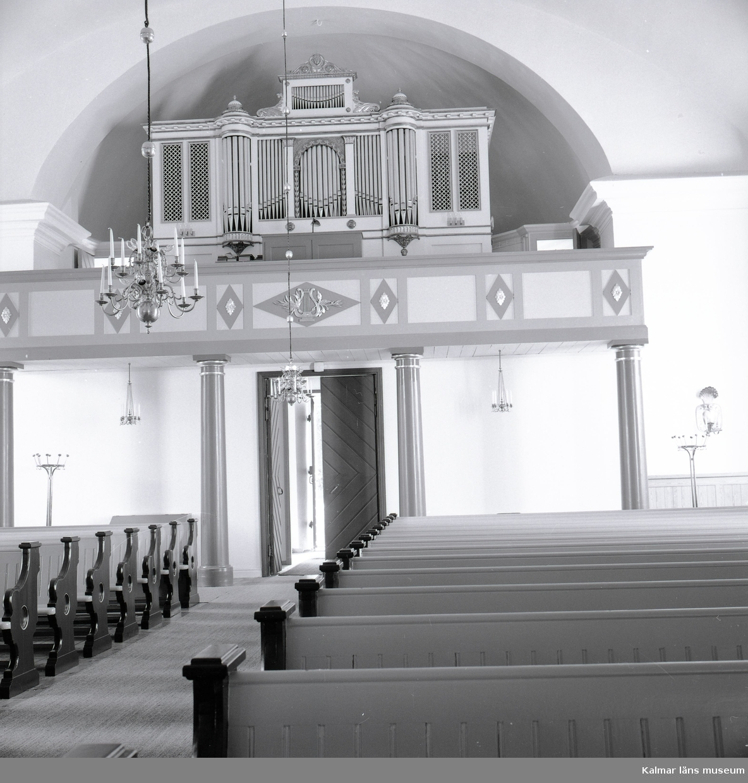 Interiör med orgelläktare och kyrkbänk i Gamleby kyrka.