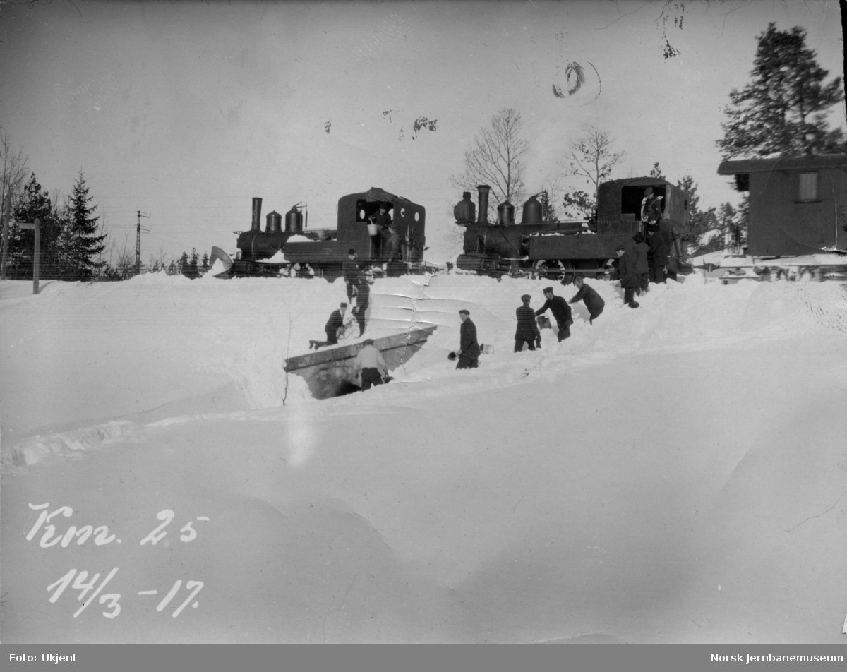 Snøryddingstog på Treungenbanen med to damplokomotiver av type IV, ved km 2,5 mars 1917