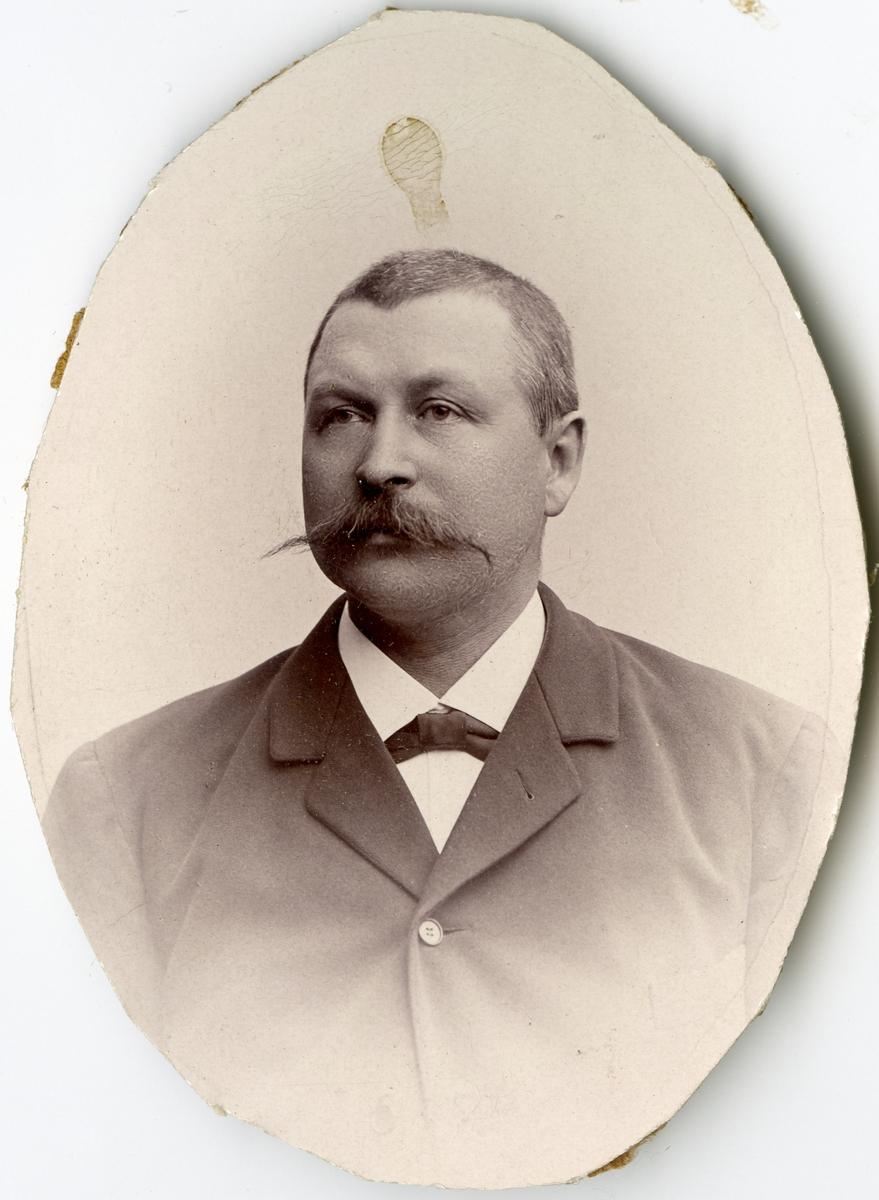 Porträtt av A.P. Ahlqvist vid Stockholms Tyg-, ammunitions- och gevärsförråd.