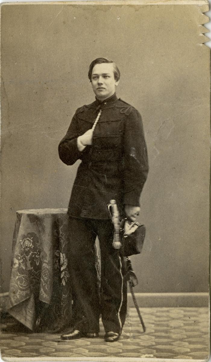 Porträtt av Carl Gustaf Bergenstråhle, underlöjtnant vid Skånska husarregementet K 5. Se även bild AMA.0007006.