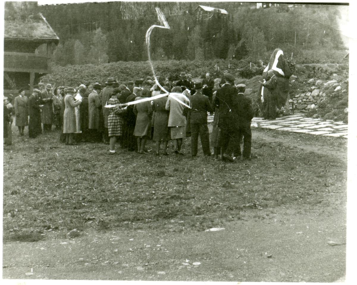 Avduking av minnestein på Valdres Folkemuseum.