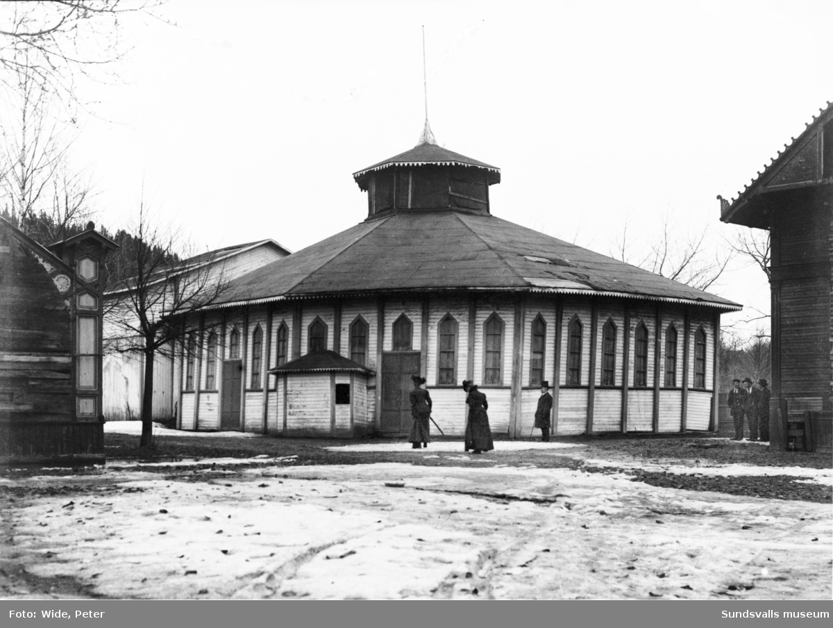 """Rotundan vid nöjesparken """"Rullan"""" 1901. Den åttkantiga grönmålade byggnaden användes för teater- och varitéföreställningar under sommarhalvåret."""