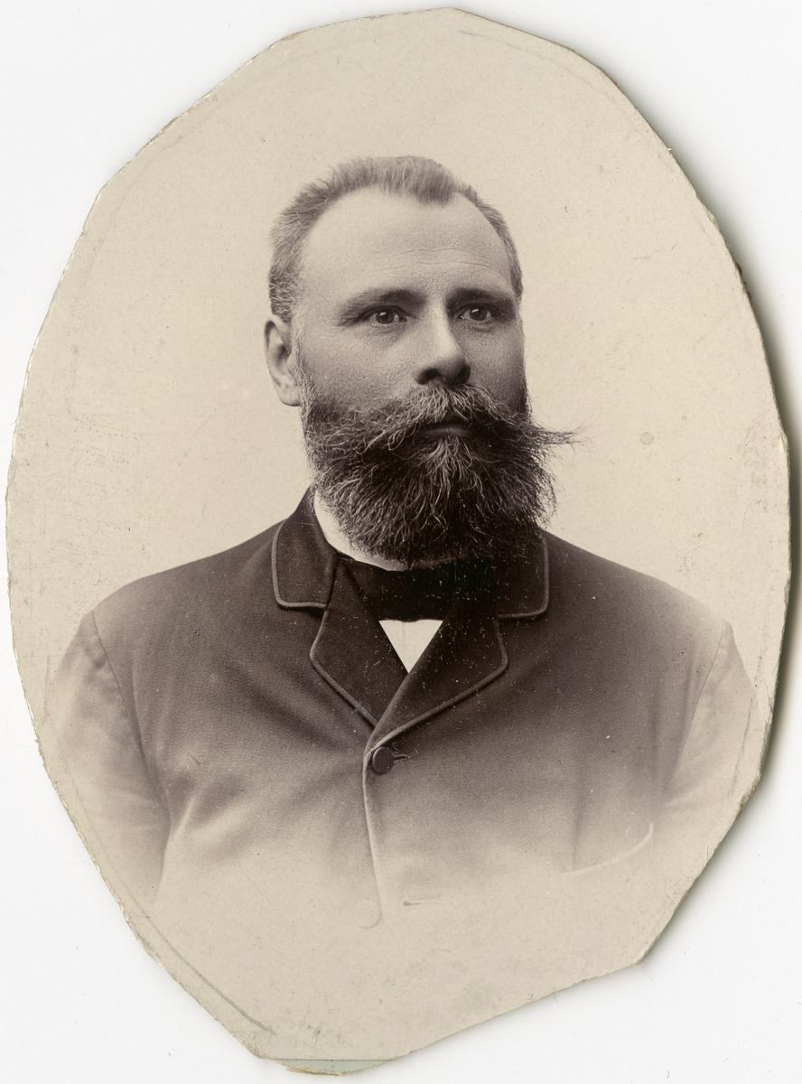 Porträtt av J.A. Svensson vid Stockholms Tyg-, ammunitions- och gevärsförråd.