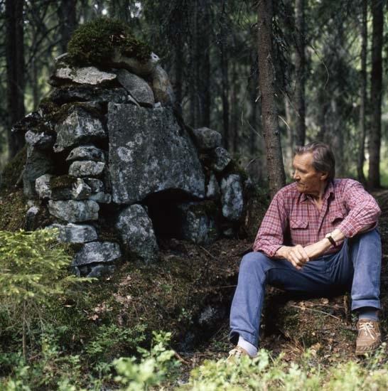 Hilding sitter vid Kojmuren, Hälsenskogarna 13 juni 1990.