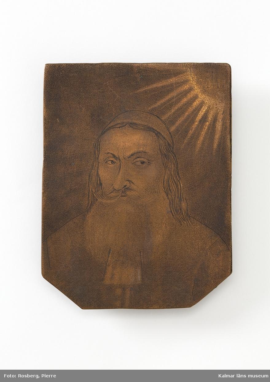 Porträtt av en präst med skägg och långt hår, försedd med huvudbonad. I övre vänstra hörnet en sol med korskrönt IHS.