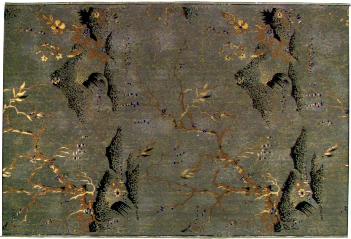 Kinesiskt växtmotiv över ett Kinesiskt landskap. Tryck i guld, koppar och ultramarin. Bakgrunden är melerad i flera bruna nyanser och delvis dekorerad med prickar i guld.