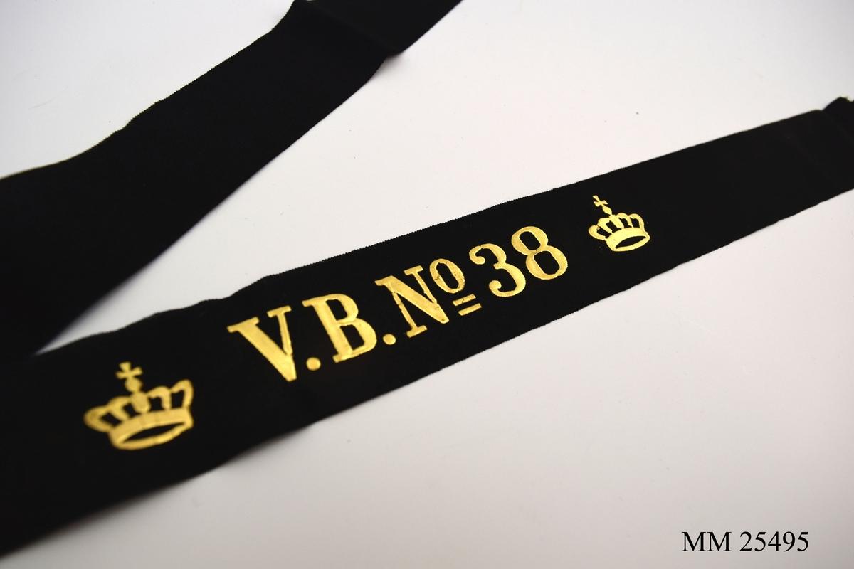 """Mössband av svart sidenrips. Guldfärgad text, """"V.B. NO 38"""", med två kronor på vardera sida."""