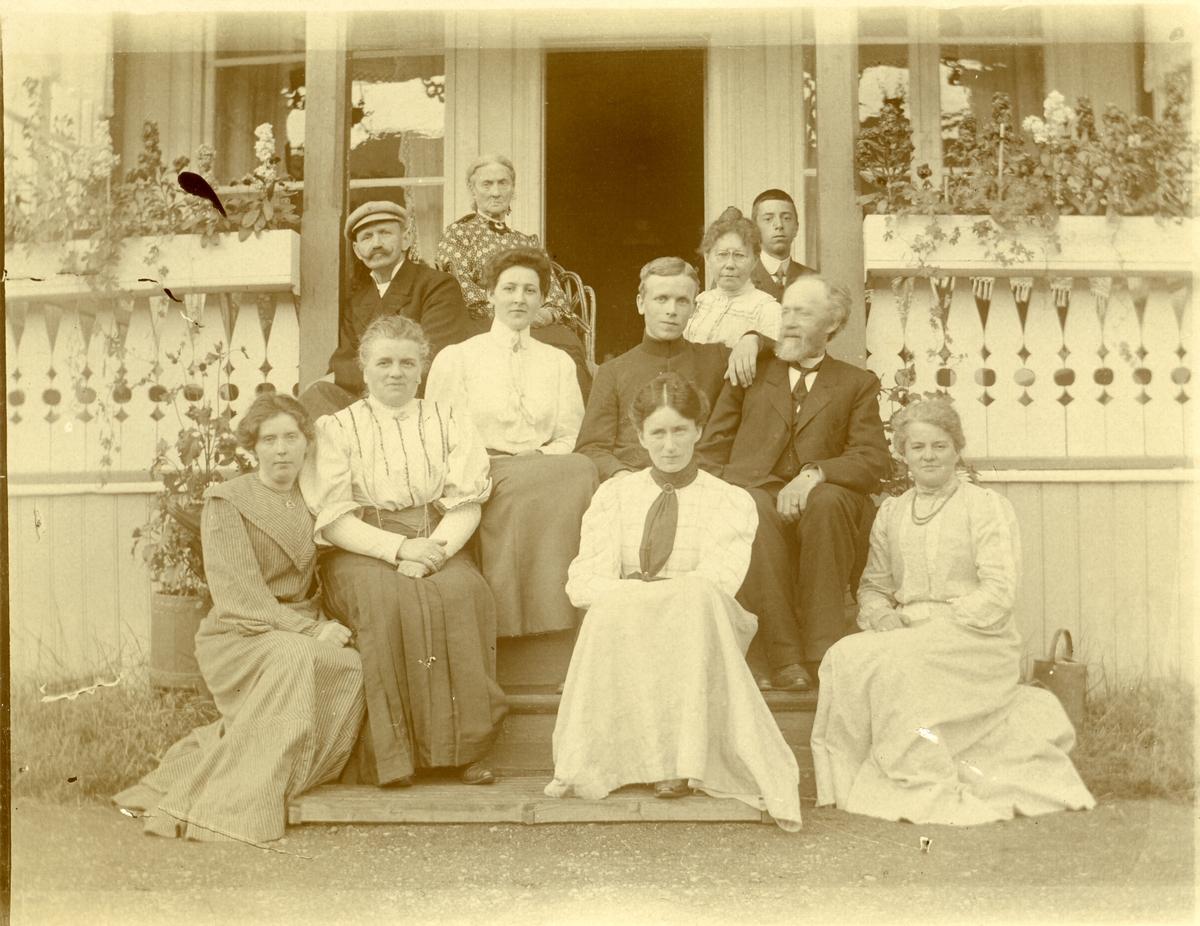 Gruppebilde av Prost Barth med kona Maren Marie lengst til høyre i bildet.