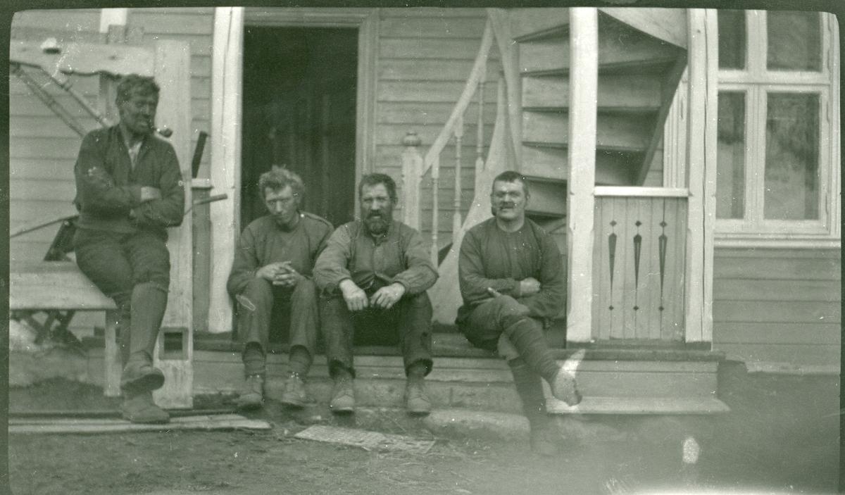 4 karer sitter på trappa på Berg.