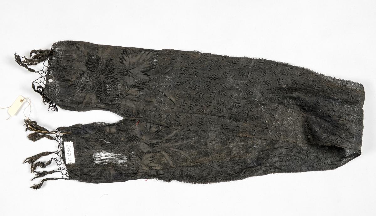 Halssløyfe i svart silkedamask med knytta frynser i kortendane.