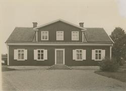 Tingshuset från landsvägen. Rödfärgat med vita luckor, foder