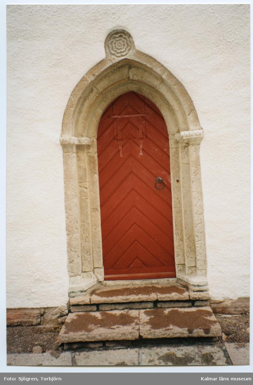 Portal på Vickleby kyrka. Vickleby kyrka, på landborgens krön och väl synlig från alla håll, består av ett rektangulärt kyrkorum med ett rakslutet kor i öster, sakristia i norr, samt torn av samma bredd som långhuset i väster. Långhusets vitputsade murar genombryts av stora rundbågiga fönsteröppningar; portaler i väst och på sydfasaden leder in i det avlånga kyrkorummet, som täcks av en plan träpanel. Bakom läktaren bryter en stor rundbågig öppning igenom långhusets västvägg.  I tornet finns många murtrappor och rum, små celler samt en skyttevåning överst visar att det varit ett försvarstorn. Men här finns också plats för kyrkklockorna. Klockvåningen ligger under skyttevåningen. Historik Kyrkport  Långhusets äldsta delar är från 1100-talets mitt. Omkring 1200 tillkom västtornet, ett kraftigt, välbevarat fästningstorn med förvaringsbjälkar, celler, skattgömma. Överst inrättades en skyttevåning. Omkring 1300 försågs tornet med en spetsbågig portal, som kröntes av en mångbladig ros. Hur den medeltida kyrkan såg ut framgår av en teckning från 1634 av Johannes Haquini Rhezelius. (Se bild i extern länk!)  År 1677 drabbades Vickleby kyrka, såväl som Resmo och Mörbylånga kyrkor, av danskarnas härjningar. Kanske på grund härav finns inte några arkivalier bevarade, som kan berätta om tiden 1300-talet - 1500-talet. Det går därför inte att säga till exempel när långhusets valv revs och ersattes med träpanel.  År 1759 uppfördes en sakristia vid det gamla korets nordmur. Det ursprungliga absidkoret ersattes 1778 av ett större kor, och långhusmurarna förlängdes österut. Samma år ställdes den medeltida dopfunten upp på korets taknock. Det plana innertaket målades i början av 1780-talet av Johan Lundgren Olofsson. Altartavlan, som målats 1713 av Anders Björkman, förstorades 1780 upp- och nedtill, för att passa in bättre i det nya, större koret. De nya delarna målades av Johan Lundgren.  År 1763 skulpterade Jonas Berggren en predikstol. I reliefer visas Jesus i Getsemane och hans him
