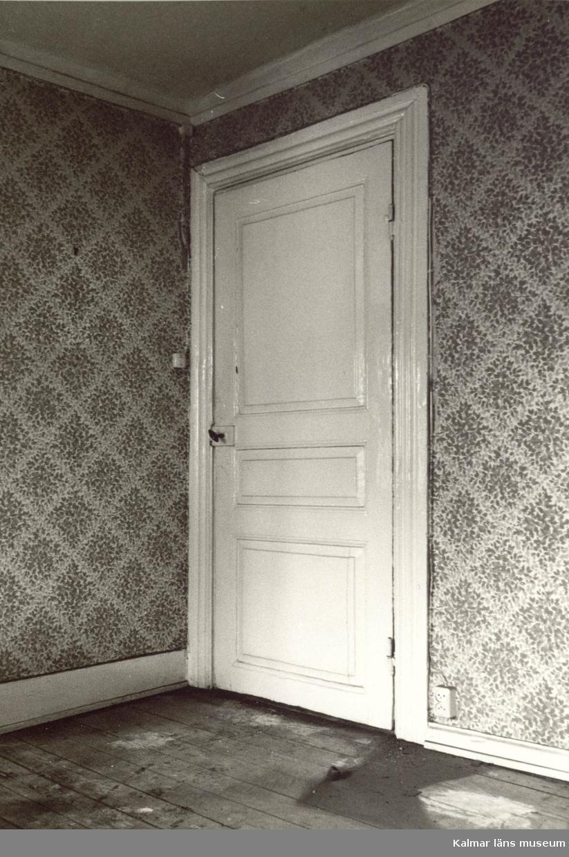 Dörr med dörrspeglar.