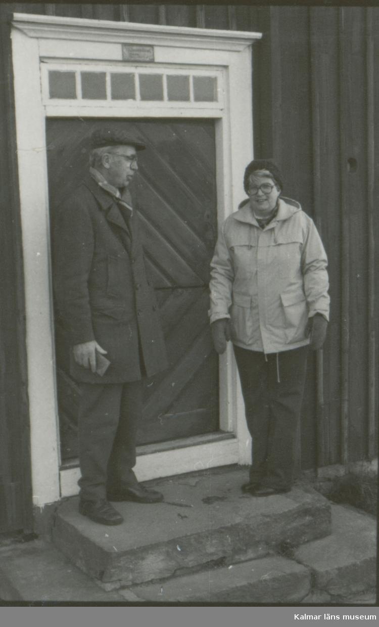 Carl Ryda och Gunnel Olsson utanför fattighuset i Kläckeberga.