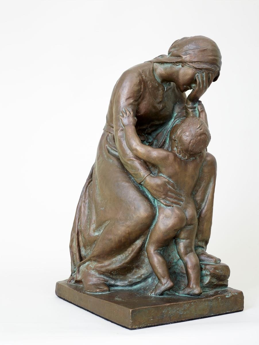 Støypt etter ASM 22 i gips. Svor arbeidde med fleire utkast til denne skulpturgruppa. Eit utkast førl denne vart vist på Høstutstillinga 1898, ergo ikkje ASM 22. Skulpturen finst i marmor hos Nasjonalmuseet for kunst, arkitektur og design.