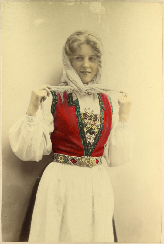 Fargelagt portrett av ung pike i Hardangerdrakt. 1905.