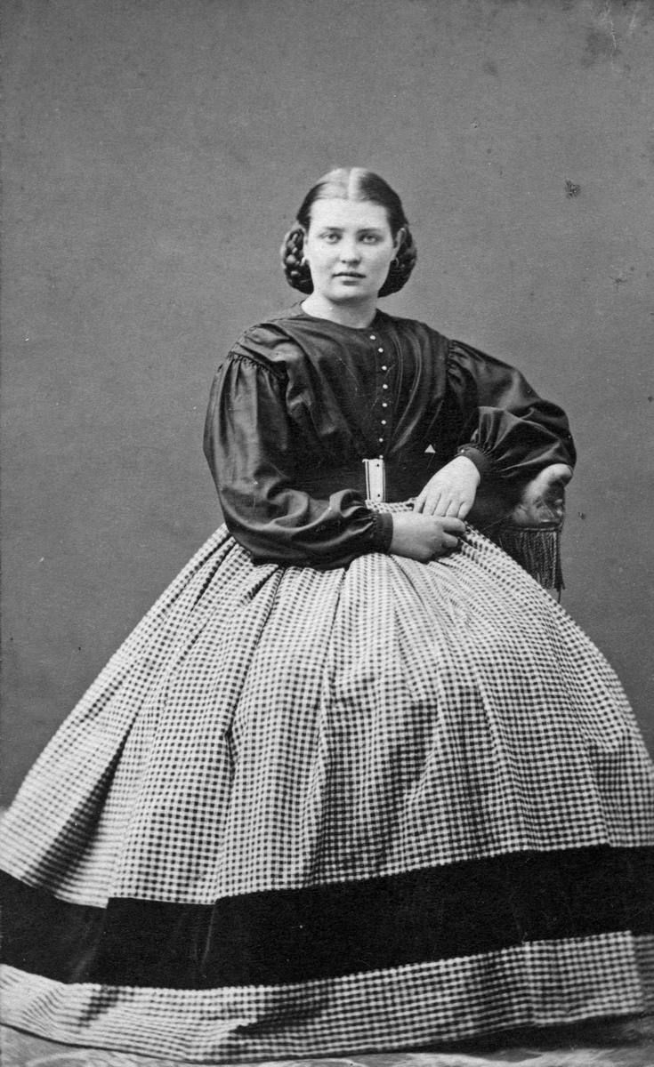 Gustav Olssons fru, 1860-tal.
