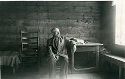 Arne Garborg inne i huset på Knudaheio.