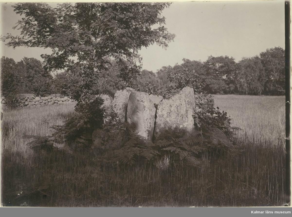Resta stenar. 1800 meter söder från Stranden.  Se planskiss.  En rest sten, även bautasten, är ett långsmalt stenblock som man ställt upp i en grop packad med småsten. De förekommer i Skandinavien oftast på gravfält från järnåldern och ibland tillsammans med runstenar eller bildstenar. Skillnaden är att en rest sten saknar ristningar.  (Hämtat från Wikipedia)
