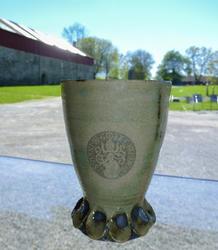 """Hånddreid keramikkrus produsert på bestilling fra museet. Krusene er grønnglasserte og har """"logoen"""" til den siste katolske biskopen på Hamar som merke i glasseringa. (Foto/Photo)"""