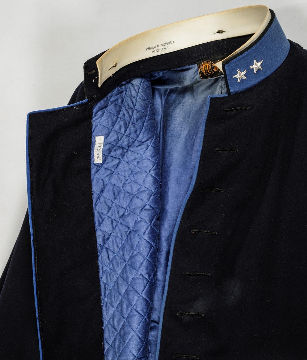 Uniform, løyntnantsuniform, i svart klede med kantar i blått klede. Registreringa inneheld A. Trøye, B Bukse, C Lue, D og E Pålettar. Sjå nærare fyldig registrering på arkivkort frå 1969.