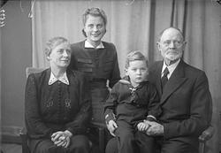 Gruppebilde. Familie. 4 generasjoner. Bestefar, bestemor, da