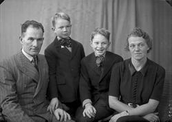 Gruppebilde. Familiegruppe på 4. Mann, kvinne og to gutter.